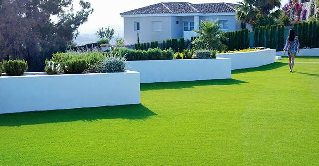 Creating_the_perfect_English_garden_with_synthetic_grass